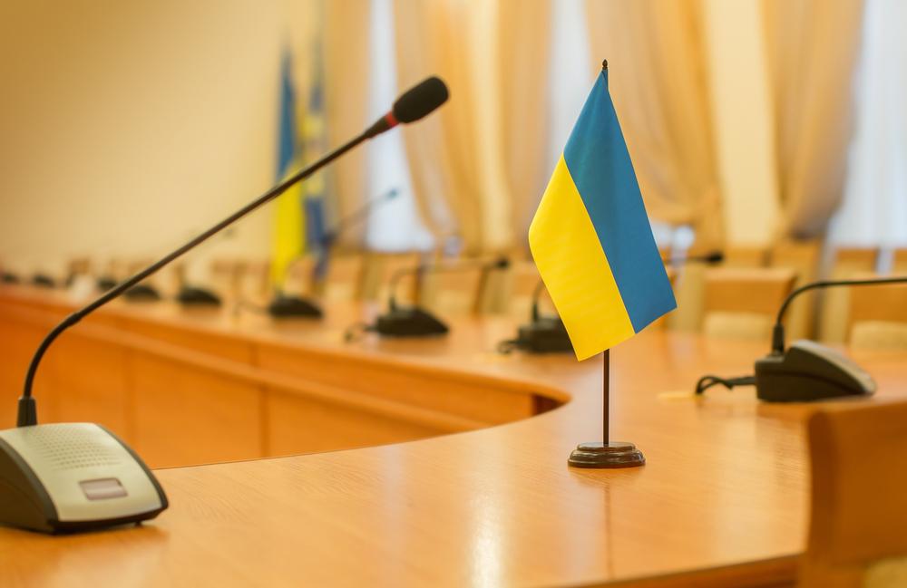 Ukrainische Flagge auf Verhandlungstisch